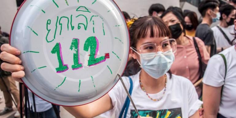 Des manifestants thaïlandais et birmans échangent des démonstrations de dissidence