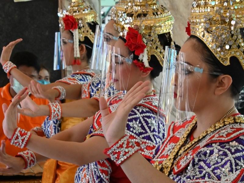 Le groupe de travail thaïlandais sur le COVID-19 déclare que les zones dépendant du tourisme seront `` hautement prioritaires '' pour la vaccination