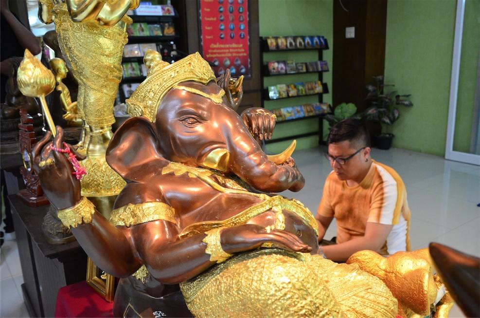 如果有興趣的話。你也可以請一些有關象神的佛牌佩戴或者象神的小佛像回家敬拜。