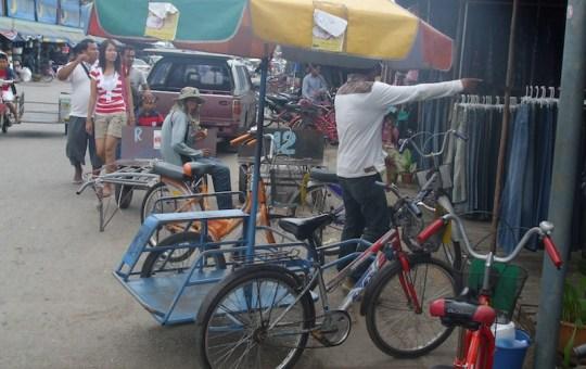 People at Rong Klua Market in Aranyaprathet