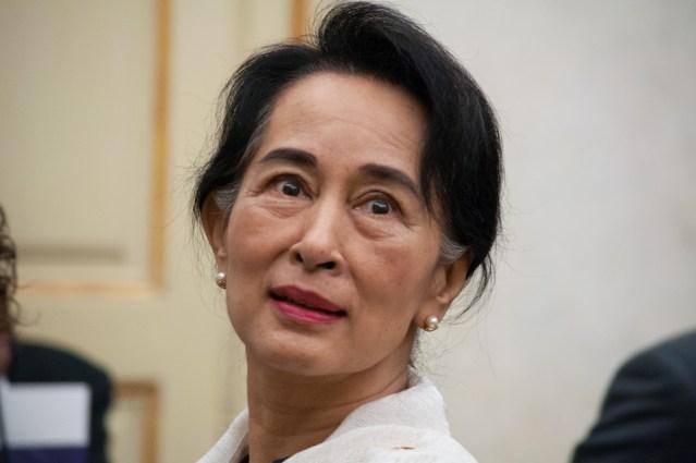 Suu Kyi Visits Karen Refugees in Thailand