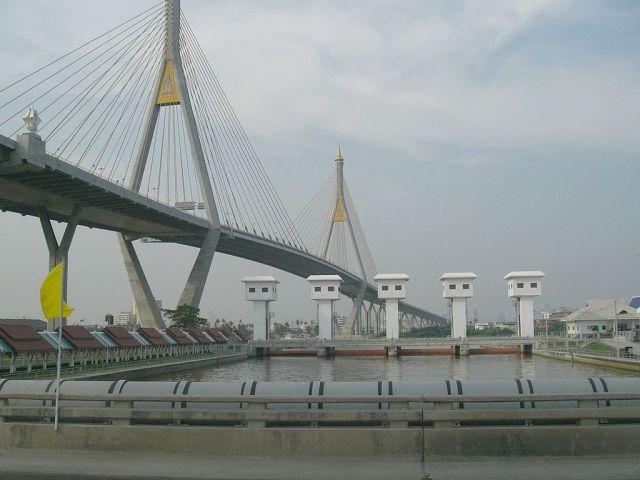 Police talk down would-be Samut Prakan bridge suicide