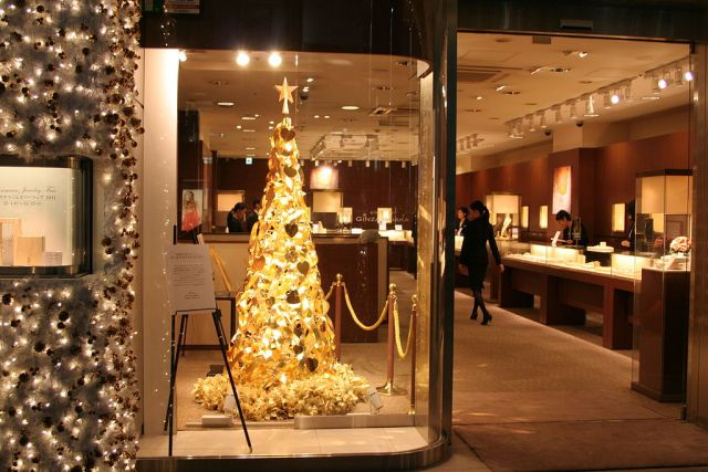 Golden Christmas tree in Ginza Takana jewelry store in Ginza, Tokyo, Japan. Author: NJo