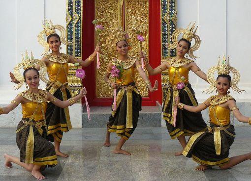 Thai girls dancing at Wat Phra Thaen Sila