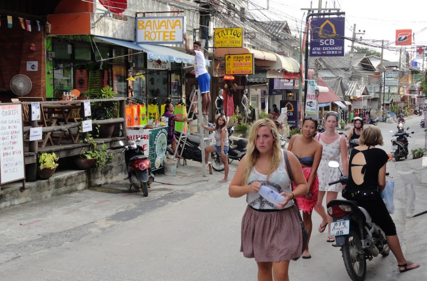 Large group of foreigners claim they have been ripped off for visas by language school in Koh Phangan