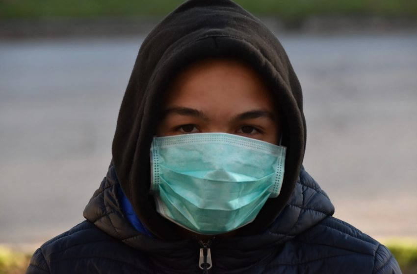 Man wearing a face mask to protect himself against coronavirus (COVID-19)
