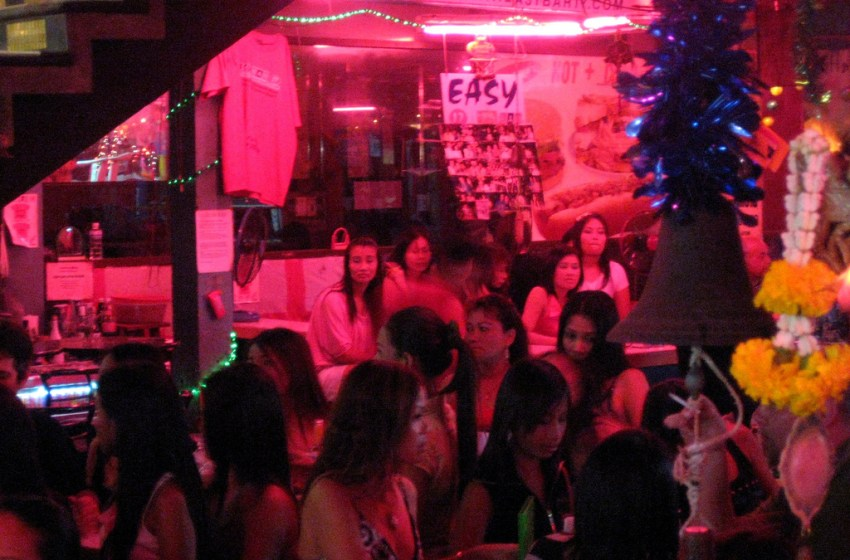 Police officials raid Karaoke in Bang Lamung alleged to be offering underage prostitution
