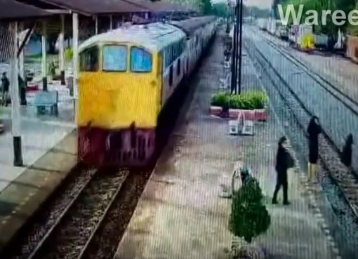 Man survives a suicide attempt after jumping under a train in Phetchaburi