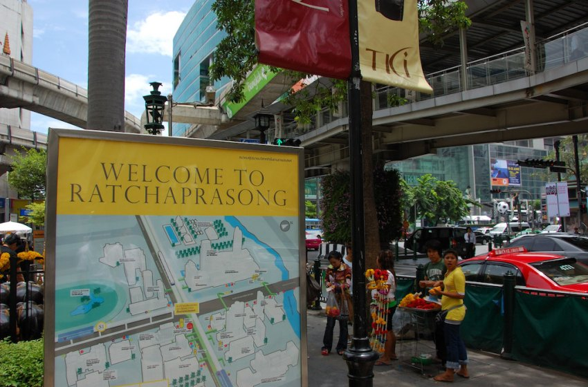Protesters occupy Ratchaprasong in defiance of state of emergency