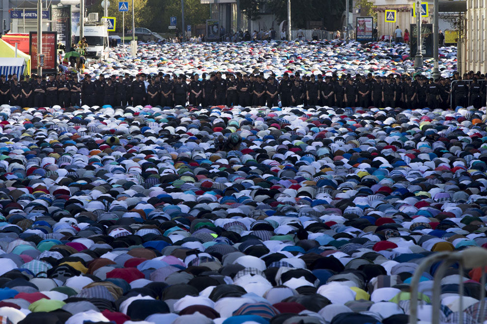 Thousands of Muslims praying in the streets of Moscow under police surveillance
