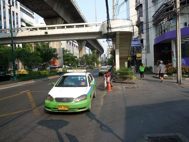 Taxi drivers held for extorting migrant workers