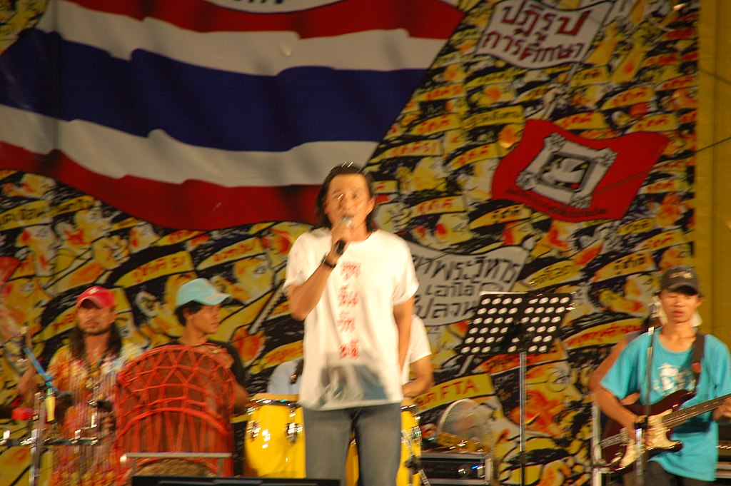 Sarunyoo Wongkrachang singing on stage of People's Alliance for Democracy (PAD) in 2008