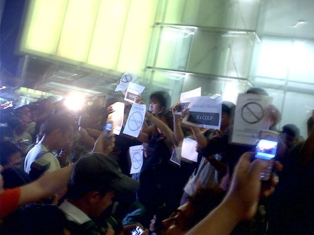 Small group protests in Pathumwan