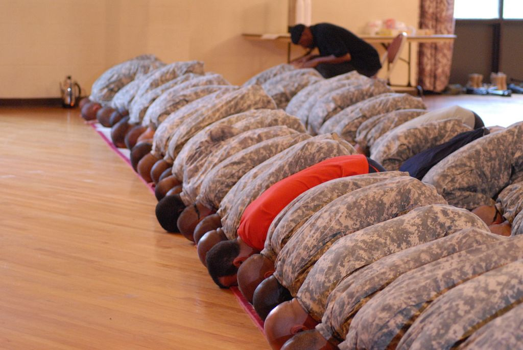 US Army Muslim Soldiers bow down in prayer