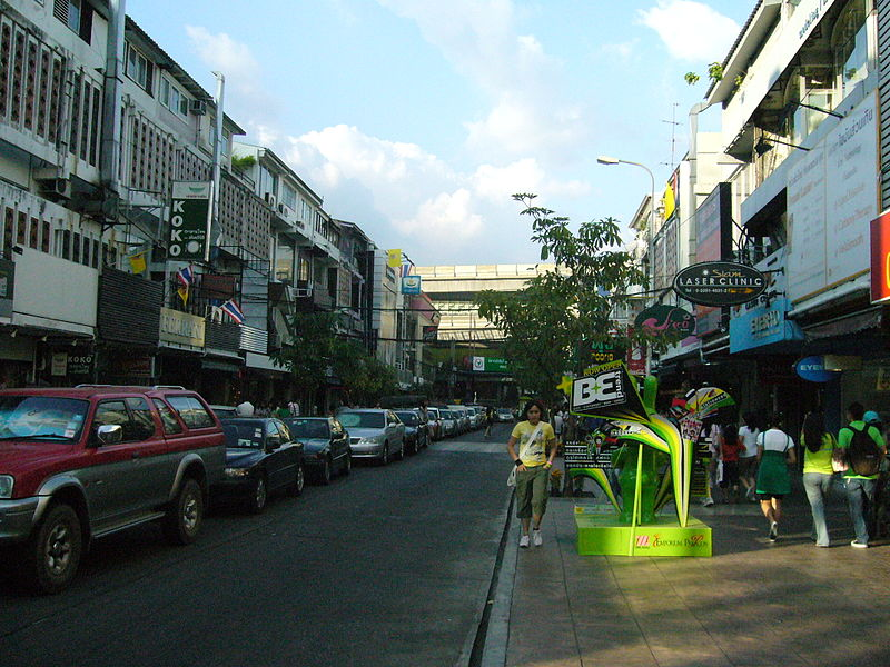 Image of a street (soi) near Siam Square in Bangkok