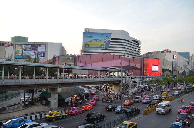 Vendors outside Bangkok malls given deadline to clear out