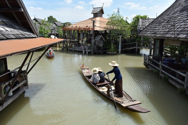 Local residents near Floating Market complain about flooding to city officials