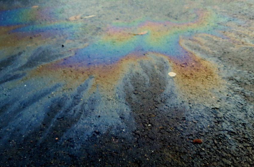 Oil spills along the shore