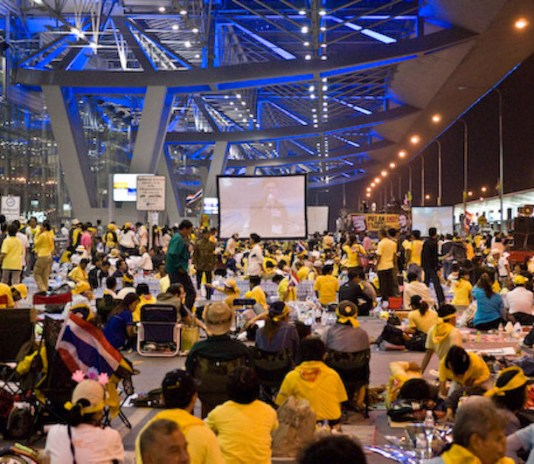 Yellow Shirt (PAD) protesters at Suvarnabhumi Airport in 2008