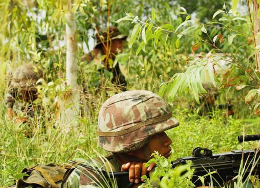 Thai army soldiers practice tactical maneuvers during military operations on urban terrain training in Lop Buri, Thailand, May 18, 2006