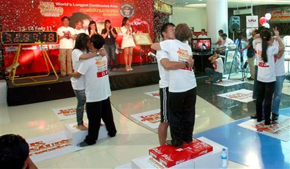 Valentine's Day in Thailand – The longest kiss (Video)