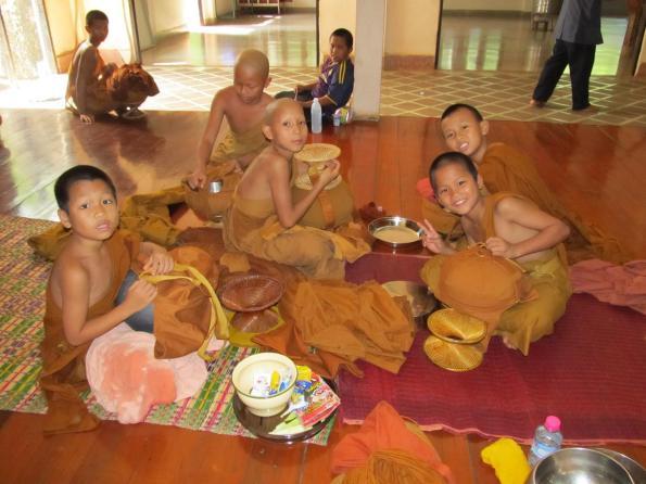 Mladí mniši po snídani