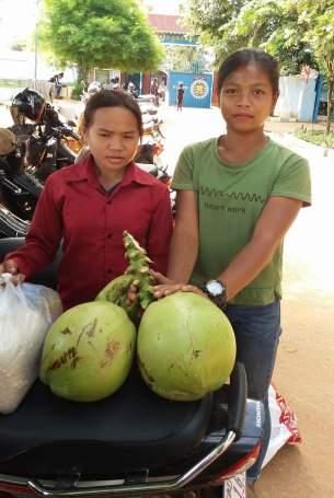Nicol a její sestřenice před branou věznice na návštěvě Wendiho (8)