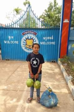 Nicol před branou věznice na návštěvě Wendiho
