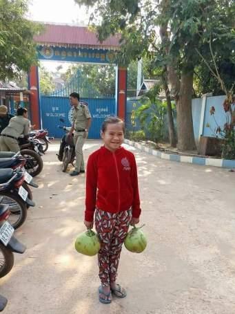Nicol před branou věznice na návštěvě za Wendim