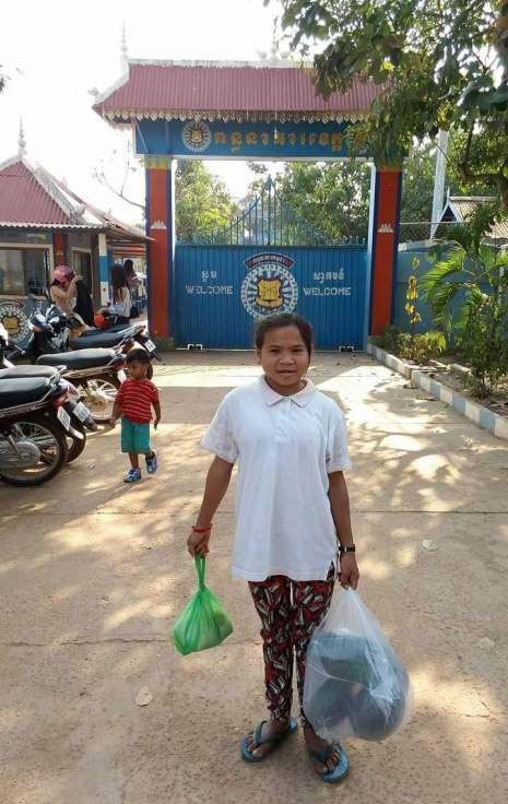 Nicol před branou věznice v Siem Reap na návštěvě Wendiho