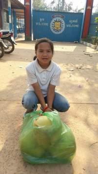 Nicol s kokosy před branou věznice na návštěvě Wendiho