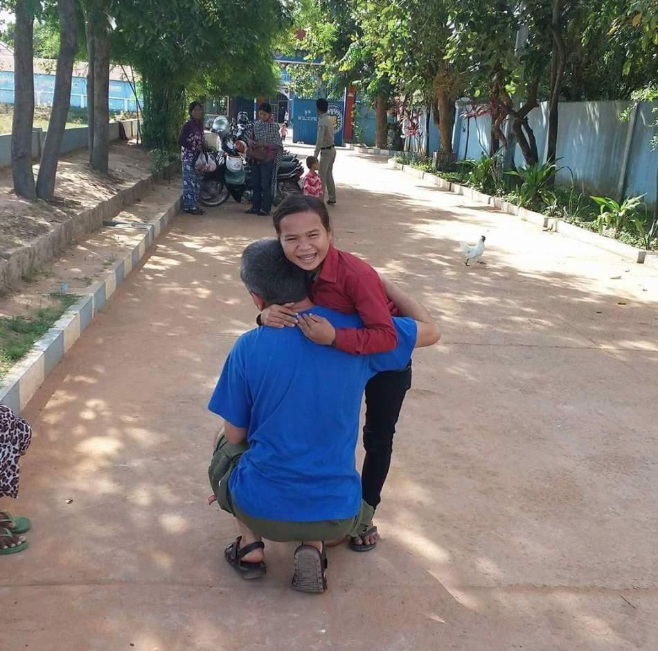 Setkání Wendiho a Nicol před branou věznice