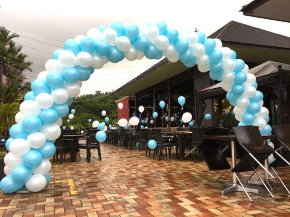 blue-and-white-spiral-balloon-arch