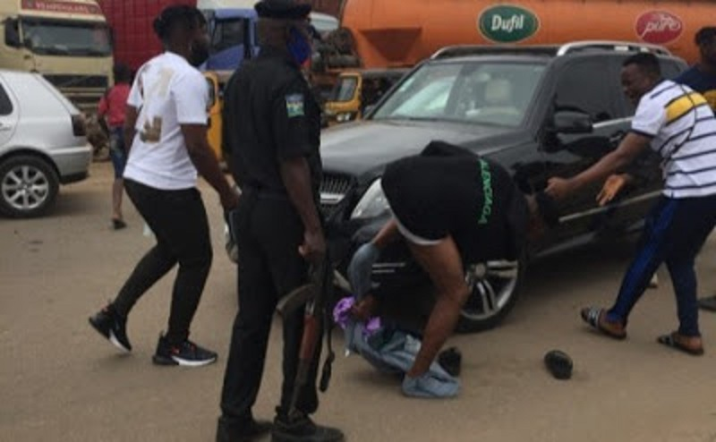 Internet Fraudster Strips Naked, Fights Police Officers In Nigeria