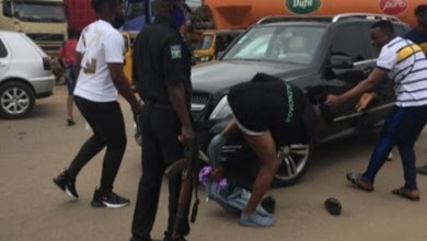 Internet Fraudster Strips Naked, Fights Police Officers In Nigeria