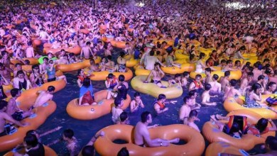 Wuhan holds massive pool party