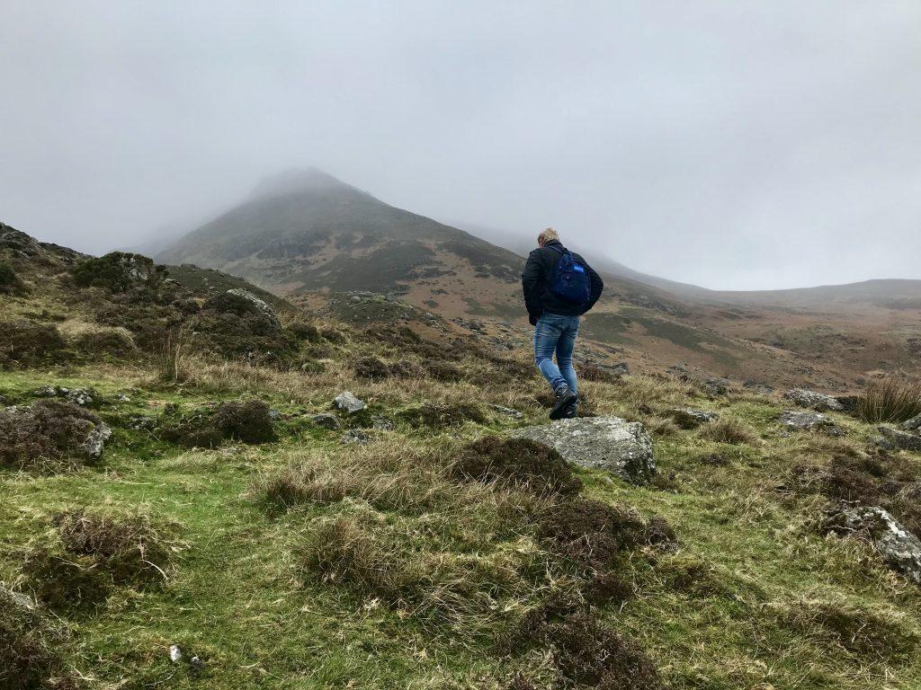 Hiken in de mist bij de Comeragh Mountains in Ierland