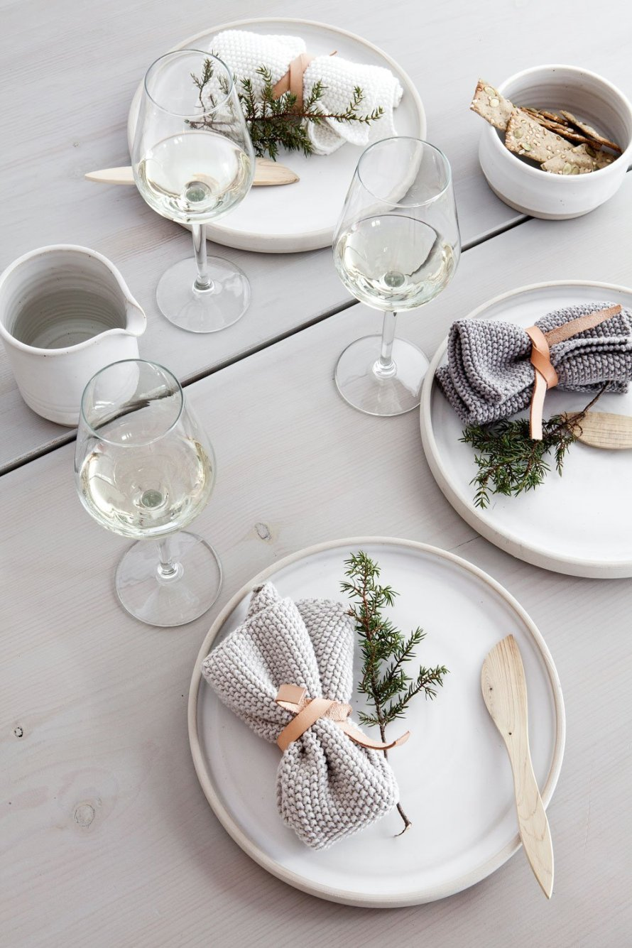 scandinavian_christmas_table_setting_minimal