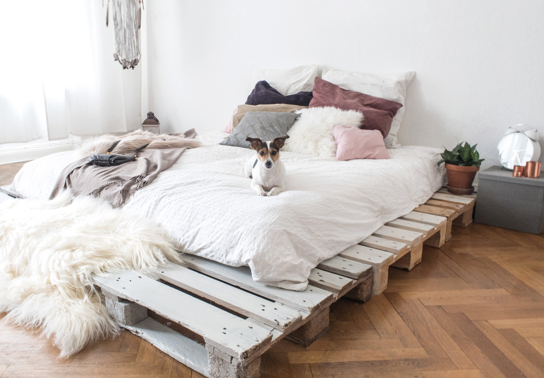 dein eigenes palettenbett in wenigen schritten selbstgebaut. Black Bedroom Furniture Sets. Home Design Ideas