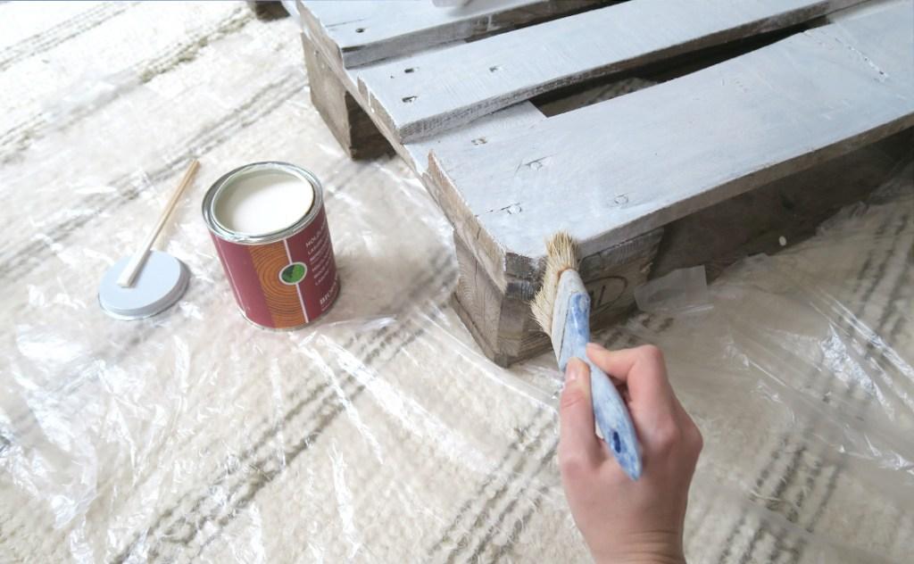 Palettenbett selbermachen und anstreichen