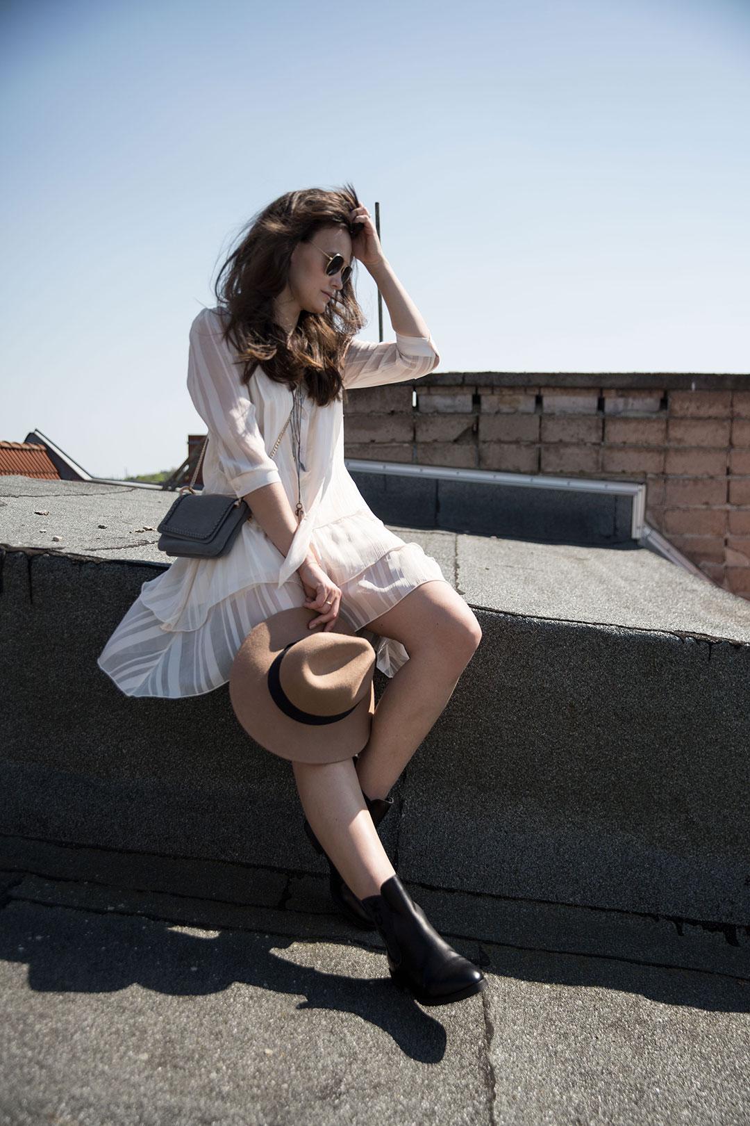 Luftig leichtes Sommerkleid mit derben Boots_1080