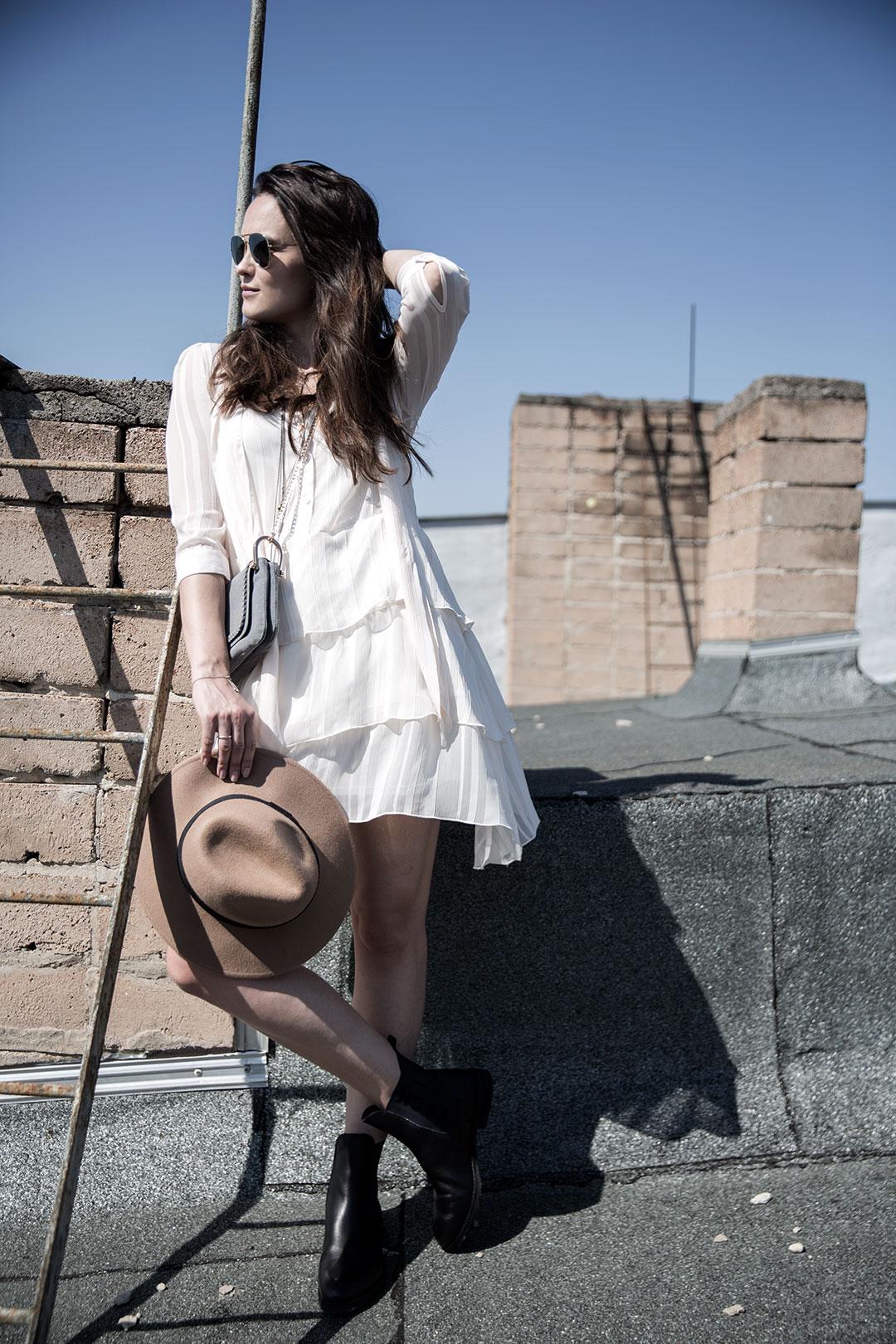 leichtes Sommerkleid mit derben Boots_1