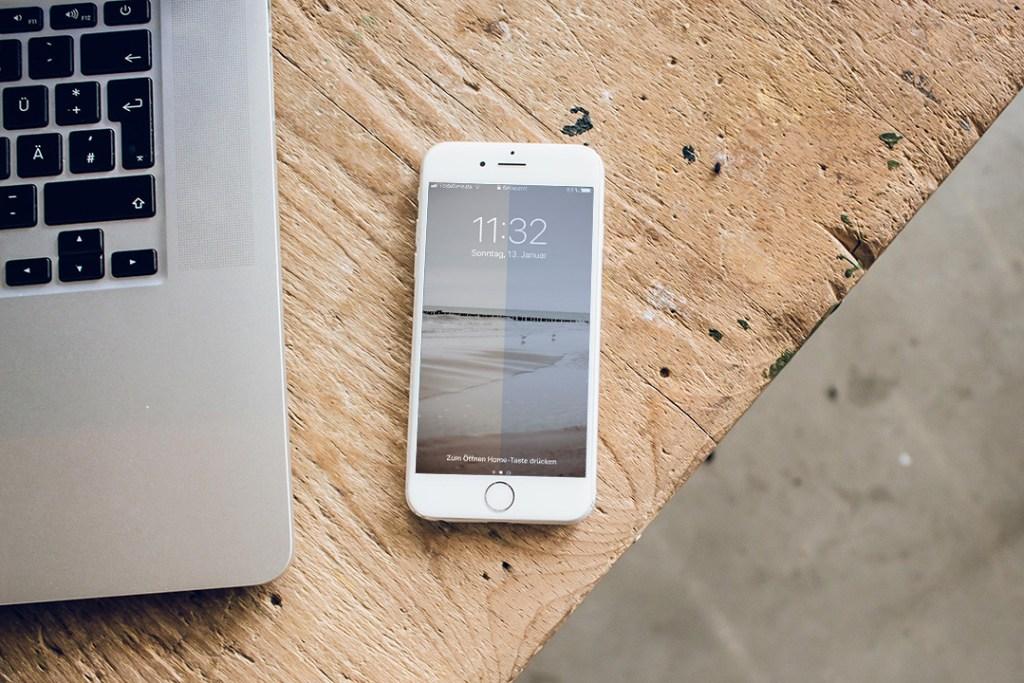 Digital Aging - Smartphone und Laptop auf dem Tisch