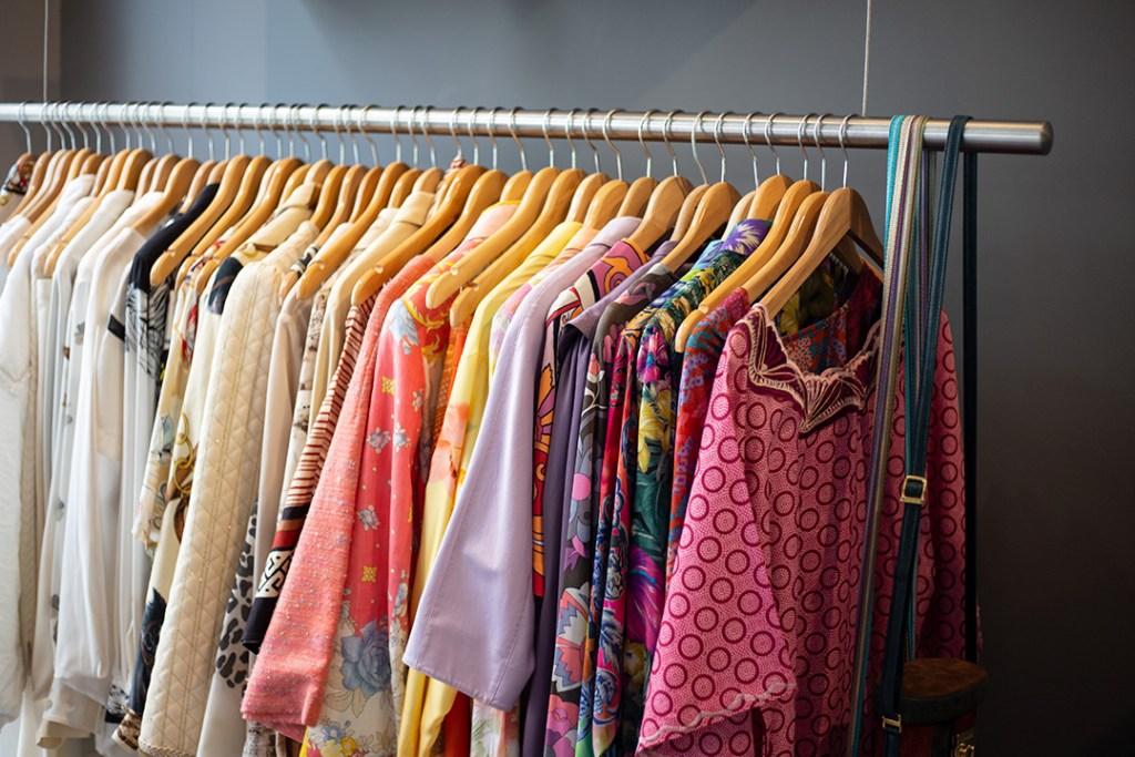 Bunten Kleidung auf einem Kleiderständer im Garments Berlin