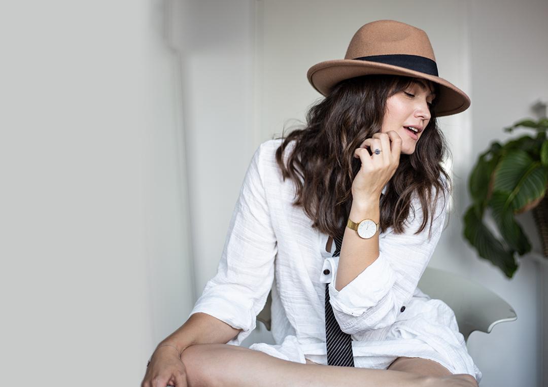 Selbstbewusste Frau mit Hut
