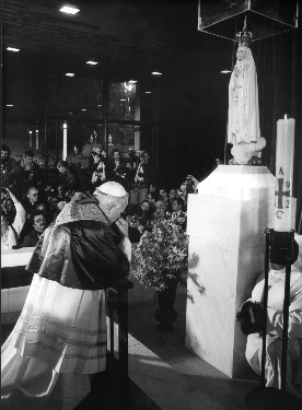 Pope John Paul Kneeling to Mary