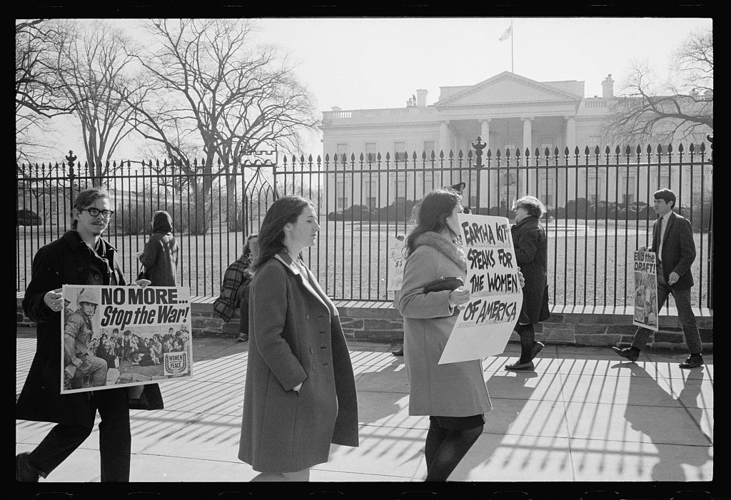 Anti war protestors picketing about Viet Nam in front of the White House. Photo by Warren Leffler