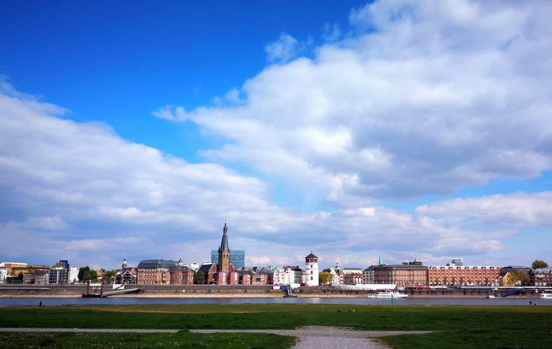 Der Himmel über der Stadt besteht aus lauter Düsseldorfer Luft, Luft, Luft...