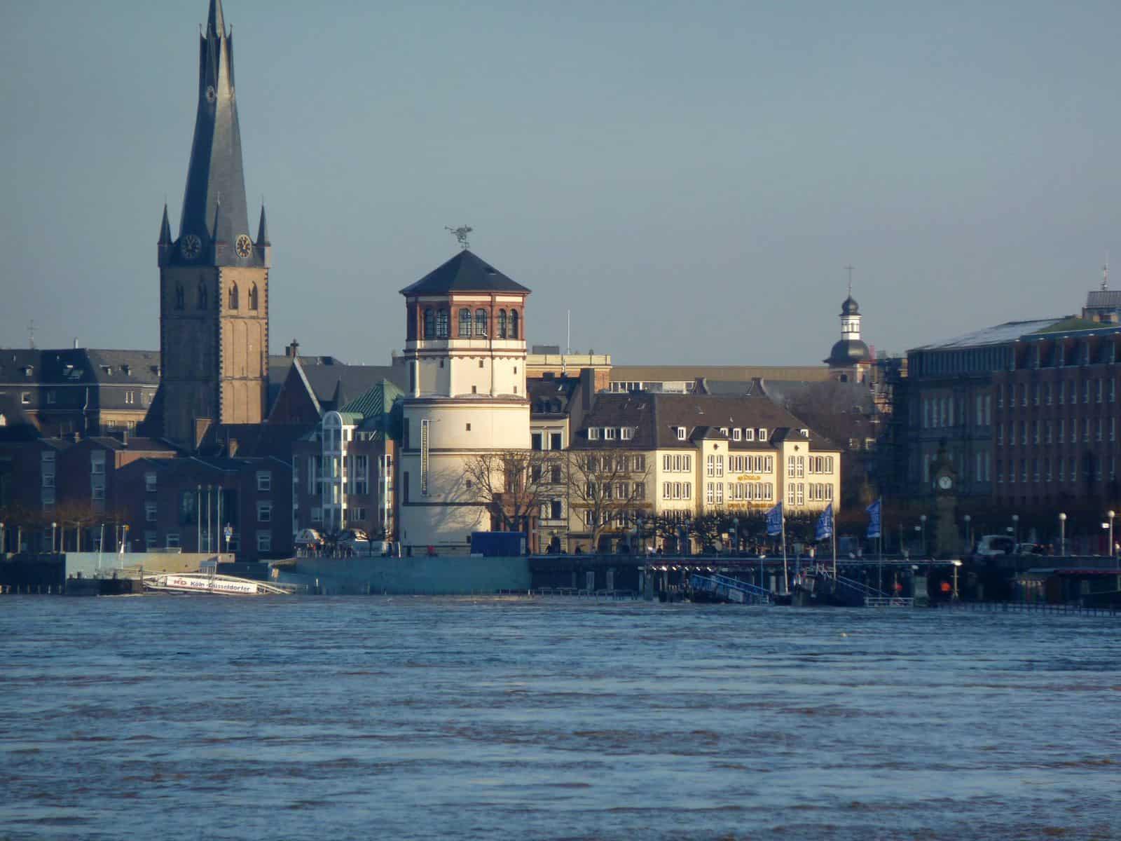 10.1.2011: So breit ist der Rhein selten (Foto: TD)