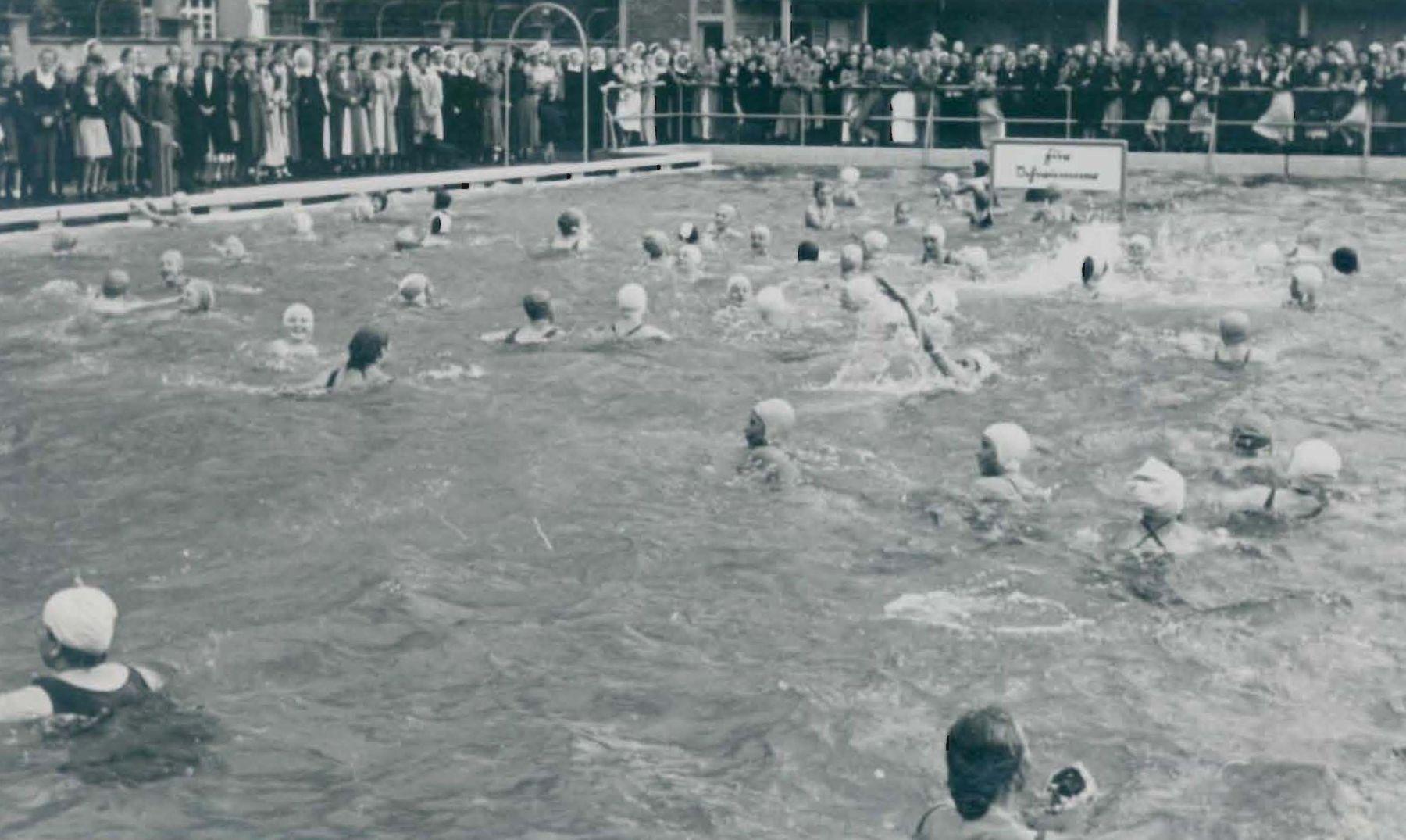 Bei der Eröffnung 1935 war das Bad pickeapackevoll. Heute ist das kaum noch vorstellbar (Foto: Archiv der Diakonie Kaiserswerth)